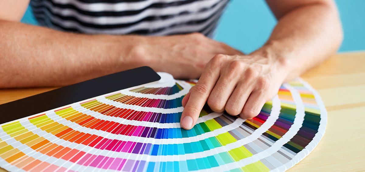 Homem apontando para uma cor em uma palheta de cores